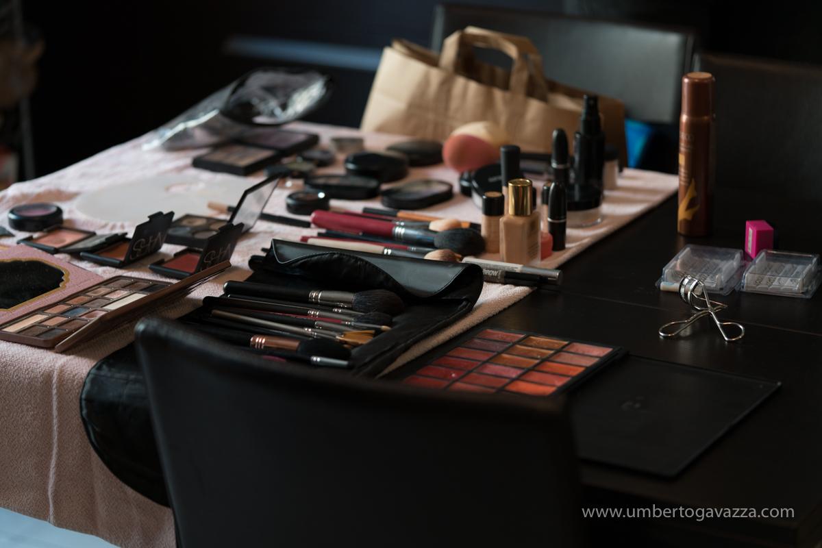 Mesa de maquillaje dispuesta para la novia.